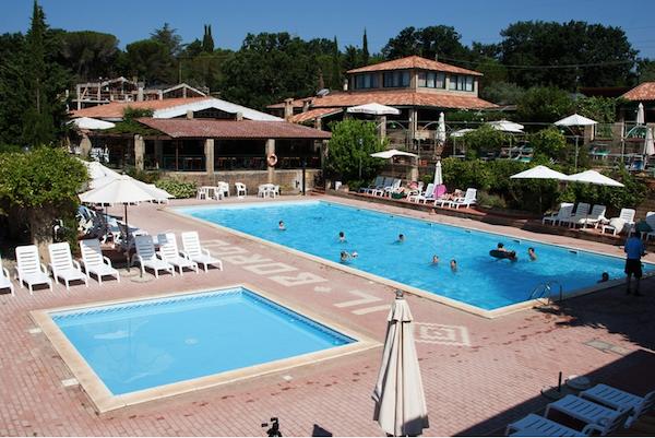 piscina con ristorante